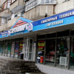 Zivilisierte Geschäfte in den Erdgeschossen von Wohngebäuden in Almaty