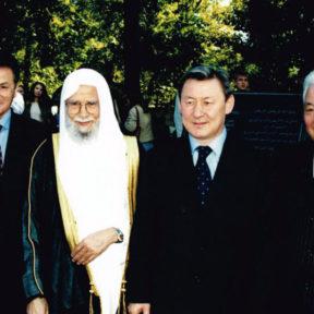 Генеральный секретарь Всемирной исламской лиги Шейх Абдалла бин Абдель Мухсин ат-Турки на отркытии Центра восточных цивилизаций при АГУ им. Абая, сентябрь 2003 г.
