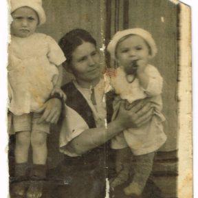 Мама Анастасия Николаевна, Виктор (справа), сестра Анна