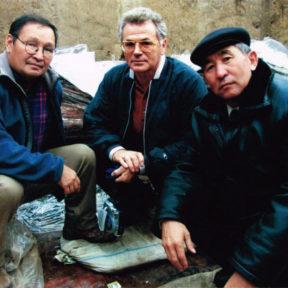 На археологических раскопках Берельского некрополя, c руководителем археологических проектов Зейноллой Самашевым (слева)