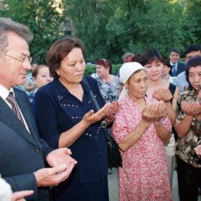 Старейшая женщина благословляет мэра