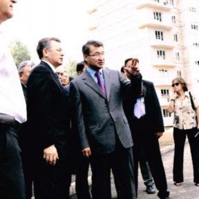 В Храпунов презентует Премьер-Министру Д Ахметову подходы в строительстве жилья 2004 год
