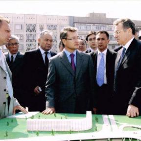 В Храпунов презентует Премьер-Министру Д. Ахметову строящуюся в г Алмате транспортную развязку на улице Саина и Ташкентской 2004 год