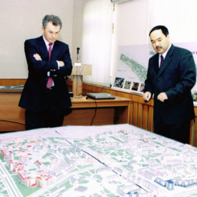 V. Khrapunov. Examen du Plan général de la ville d'Ust-Kamenogorsk. Akim de la ville M. Bayandarov rapporte