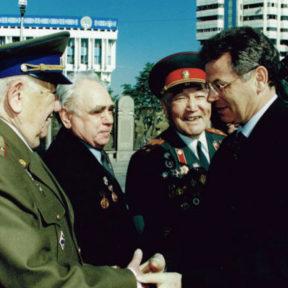 В Храпунов с ветеранами центральная площадь. 9 мая 2002 года