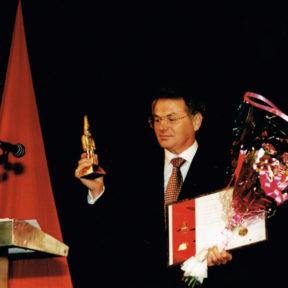 В. Храпунову вручают титул Лучший мэр Казахстана, 2004 г.