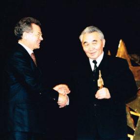 Вручение статуэтки в номинации Аким (мэр) года