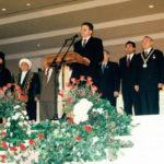 Rede von V. Khrapunov an den Drähten der Symbole des Staates Kasachstan in der neuen Hauptstadt Astana 1997