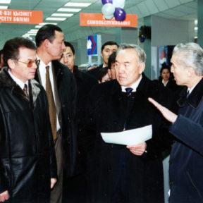 Открытие магазина «Ардагер – ветеран». В. Храпунов, Н. Назарбаев, Р. Сарсенов 2001