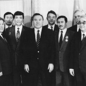 Слева направо З. Нуркадилов, С. Абдильдин, Н. Абыкаев, Т. Аубакиров, Н. Назарбаев, В. Ежиков – Бабаханов, Т. Мусабаев, С. Терещенко, Э. Асанбаев, В. Храпунов, У. Жолдасбеков 1991