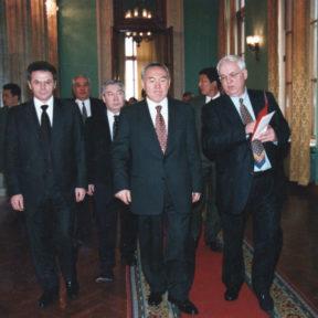 В. Храпунов, Н. Назарбаев, С. Терещенко, на заднем плане: М. Оспанов, М. Сагдиев 1997