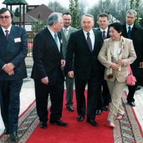 О. Сулейменов, Ч. Айтматов, М. Кул-Мухамед, Н. Назарбаев, В. Храпунов, супруга Ч. Айтматова 2002