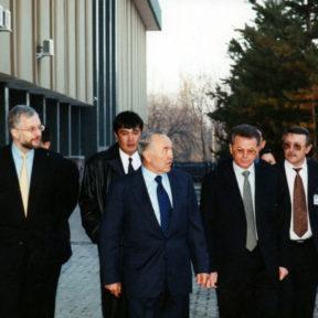 Посещение Национального банка Казахстана. Б. Утемуратов, Г. Марченко, Н. Назарбаев, В. Храпунов 2001