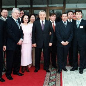 В. Храпунов, М. Кул-Мухамед, Ч. Айтматов, Э. Баталова, Н. Назарбаев, М. Шаханов, К. Абдреев, Р. Баталов 2002