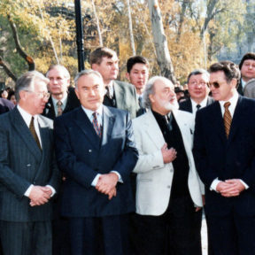 А. Нурпеисов, В. Николаенко – посол РФ в Казахстане, Н. Назарбаев, В. Бючугов – скульптор, В. Храпунов 1999