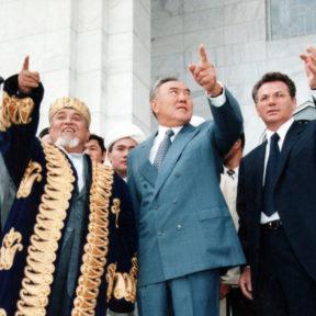 В. Храпунов показывает президенту Н. Назарбаеву здание Духовного управления мусульман Казахстана, построенное мэрией г. Алматы 1998