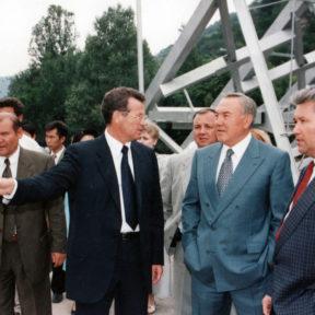 После прохождения селевого потока в объеме 2,0 млн куб. метров. В. Храпунов, Н. Назарбаев, Ш. Кулмаханов Алматы, 1999