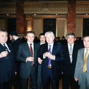 Ч. Айтматов – почетный гость на церемонии возрождения театра 2000