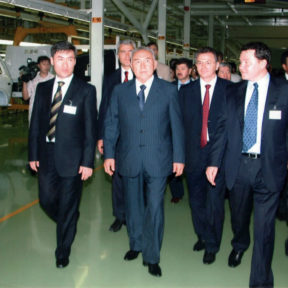 Е. Мандиев, Н. Назарбаев, В. Храпунов, А. Белушкин. Предприятие по производству автомобилей, Усть-Каменогорск 2005