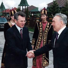 В. Храпунов встречает Н. Назарбаева на открытии книжной выставки в г. Алматы 2002
