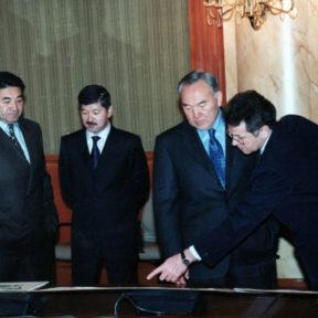 Генеральный план развития Алматы. Н. Балгимбаев, Б. Утемуратов, Н. Назарбаев, В. Храпунов 1999