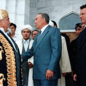 Посещение новой мечети в Алматы. Ратбек кажы - Верховный муфтий, Н. Назарбаев, В. Храпунов июль 1998
