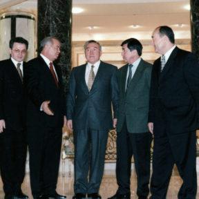 В резиденции президента Туркменистана С. Ниязова. В. Храпунов, И. Каримов, Н. Назарбаев, К. Абдушев, А. Тшан. г. Ашхабад январь 1998