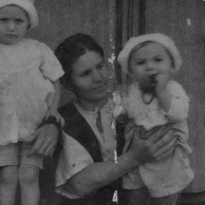 Мать Анастасия Николаевна на руках Виктор 1949