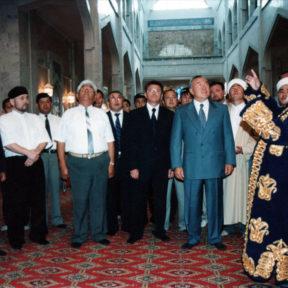 Верховный муфтий Казахстана Ратбек кажы представляет мечеть Июль 1998