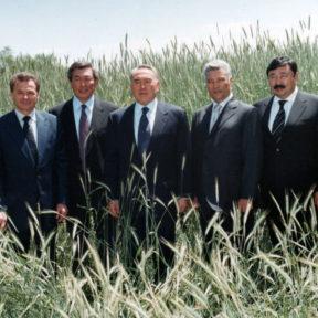 Посещение Алматинской области.  В. Храпунов, Н. Абыкаев, Н. Назарбаев, Ш. Кулмаханов, Т. Досмухамбетов 2001
