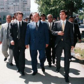Посещение нового торгового центра «Рамстор». В. Храпунов, Н. Назарбаев, Б. Абилов Алматы, 1999