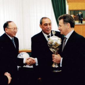 С руководством футбольного союза Казахстана. Президент К. Ордабаев