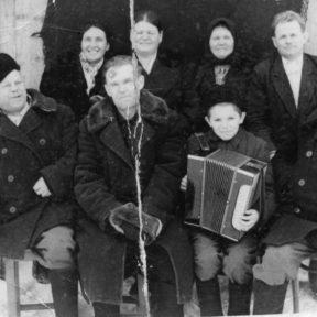 В центре дядя Евгений Алексеевич, с гармошкой Виктор г. Серебрянск 1962