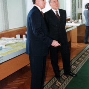В. Храпунов презентует Н. Назарбаеву новый генеральный план города Алматы 2000