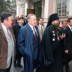 Владыка Алексий встречает Н. Назарбаева во время празднования дня Великой Пасхи, Алматы 1999