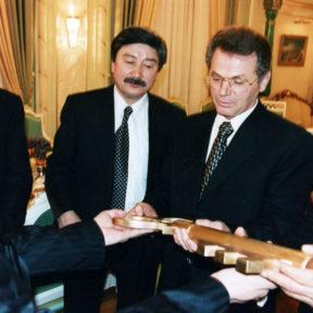 Вручение директору театра символического ключа. В. Храпунов в центре 2000