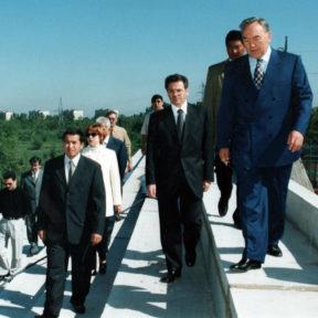 З. Какимжанов, В. Храпунов, Н. Назарбаев. Строящийся теннисный клуб 1998